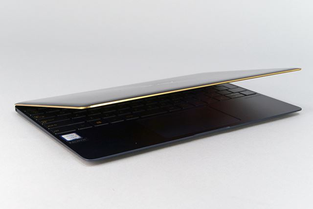 ディスプレイの縁には金色のダイヤモンドカット。キーボードの刻印も金色に近い色だ
