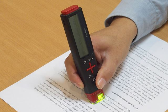 紙に先端部分を押し付けてなぞると、上部の2.6型モノクロ液晶に文字が表示される