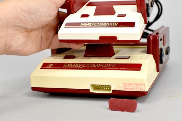 初代ファミコンは、前面の外部端子カバーが取り外せますが、ミニファミコンは外せません