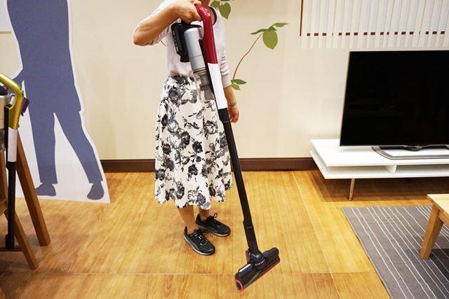 実際に掃除機を持って移動してみましたが、「モックですか?」と質問してしまったほど軽い!