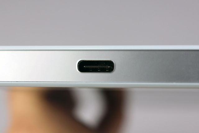 USB Type-Cポートを採用。充電器やケーブルが同梱されないので別途そろえる必要がある