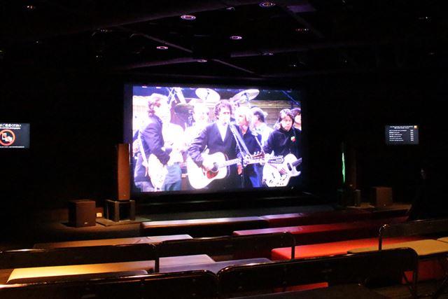 上映会場の様子。まず200型スクリーンが目に飛び込んでくる