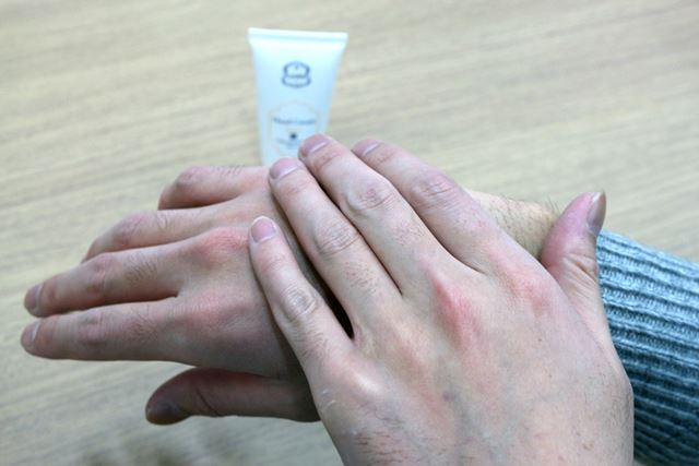 手の甲だけでなく指先までしっかりと伸ばすことで、ささくれなどのトラブル予防になります