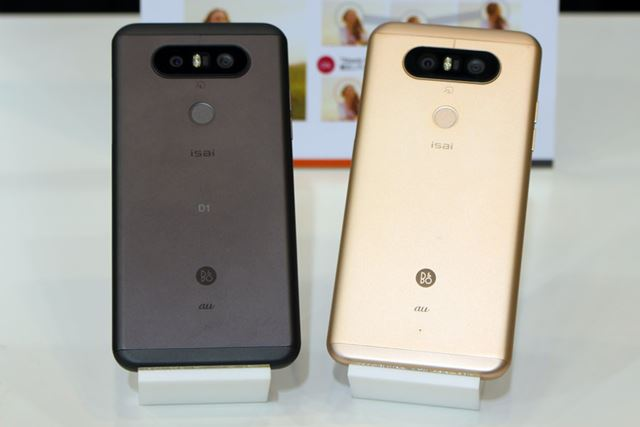 カラーは、チタン(写真左)と、ゴールド(写真右)の2色。背面は金属製だ