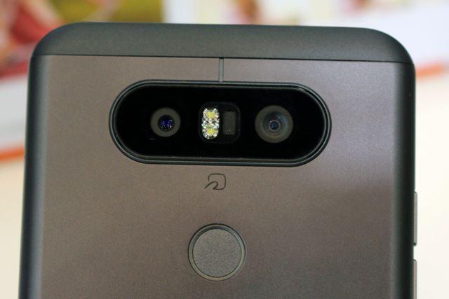 メインカメラは、標準レンズと広角レンズを切り替えて使うユニークなものだ