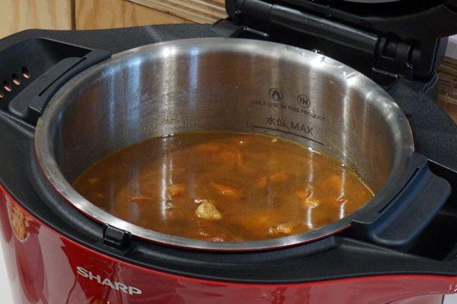 水は一切入れていないのに、野菜の水分だけでこんなに汁気のあるカレーができました