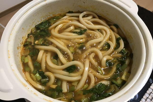翌日、鍋の残りにうどんを入れて食べるのがまたおいしい。うどん玉ひとつがちょうどよく調理できるサイズ