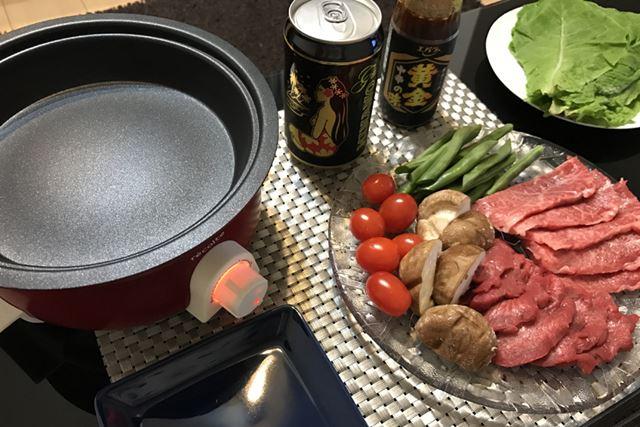 肉と野菜を用意。プレートが小さいので、野菜はあまりスペースをとらずに焼けるものをチョイスした