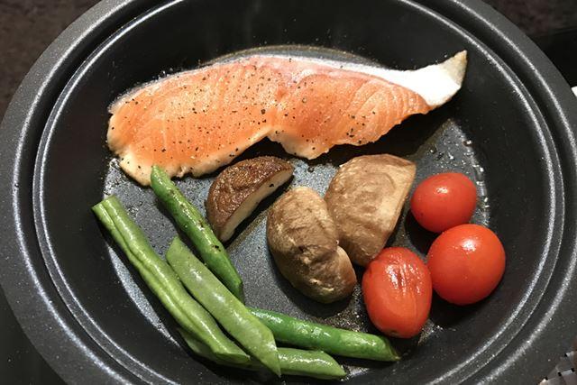 魚も焼いてみた。切り身の魚ひと切れと野菜でちょうどよいサイズ