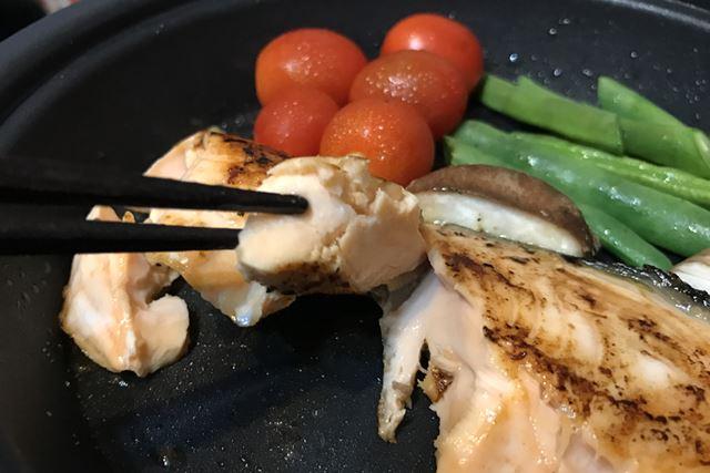 肉に比べて油の少ないサーモンも、まったく焦げ付かない