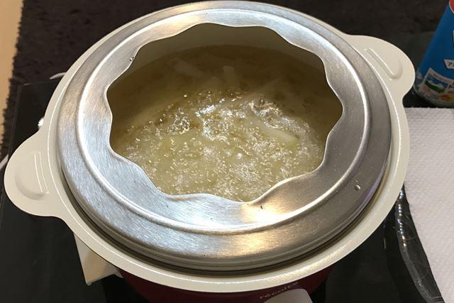 揚げ物をする場合は、専用カバーをかぶせて油はねを抑える