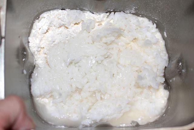 小麦粉の層に、ごはんをほぐしながら入れます