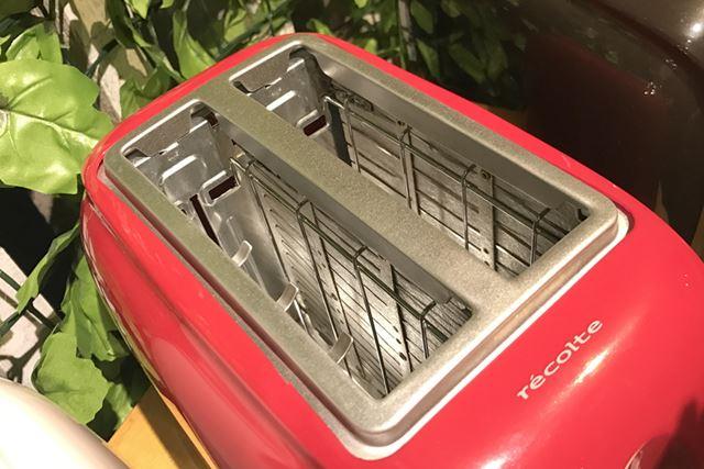 投入口が広く、4枚切りなどの厚い食パンや半分にスライスしたベーグルにも対応する