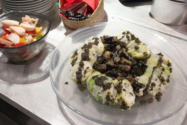 料理の盛り付けには、透明感が美しい「ミストディッシュラージ」や「ミストボウルセット」などを使用