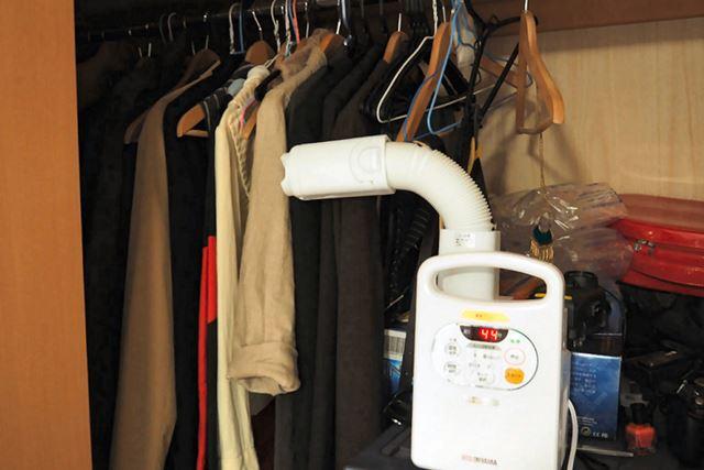 ニオイのこもりやすいクローゼットも、手軽に空気を循環させて乾燥させられます