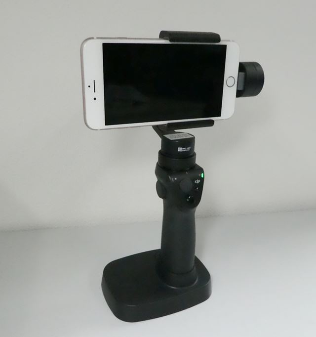 テーブルなどにOsmo Mobileを自立させることができる「Osmoベース」も利用可能だ