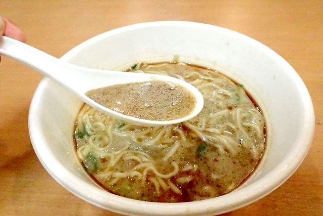 お店と同様に、2、3分経過すると、黒マー油がなじんで、スープ全体が茶色に変化してきました