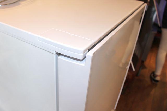 ドアのフレームをできるかぎり薄くして、トップテーブルを手前に伸ばすことでフラットなフォルムを実現