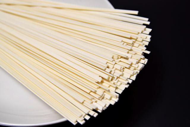 乾麺は、沸騰したお湯に麺を入れて10分ほどゆでると完成します