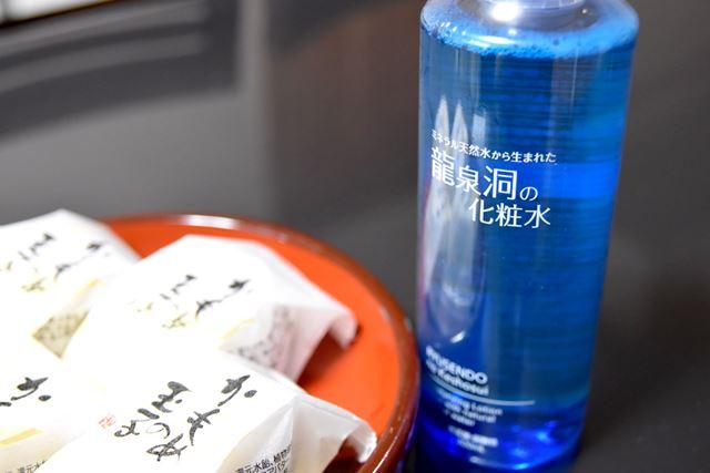 写真は、左から「かもめの玉子」(さいとう製菓)、龍泉洞の化粧水(岩泉乳業)