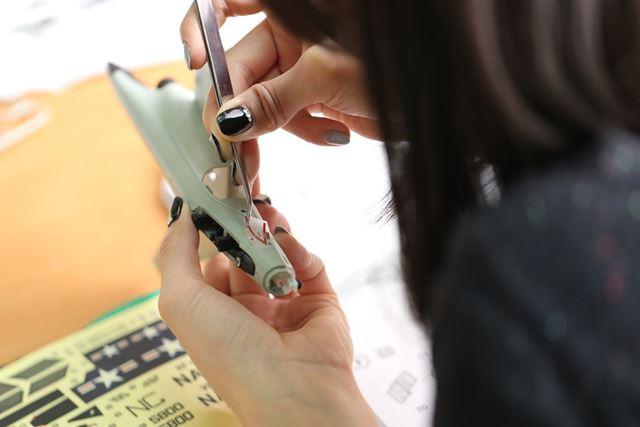 ステッカーを貼る際はピンセットを使用。手が震えます