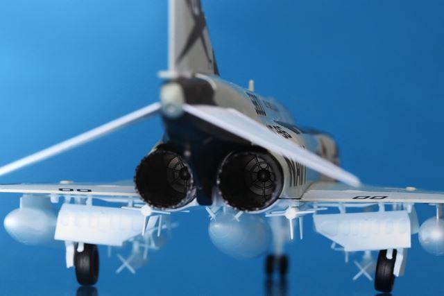 双発エンジンの中まで精巧。ちなみに、組み立てる際に着陸状態(写真)と飛行状態を選択できます