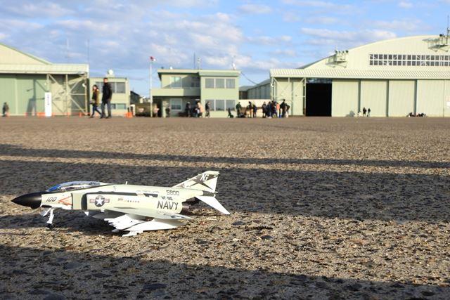 地上に舞い降りたF-4(1/72スケールのプラモデル)。向き逆でした