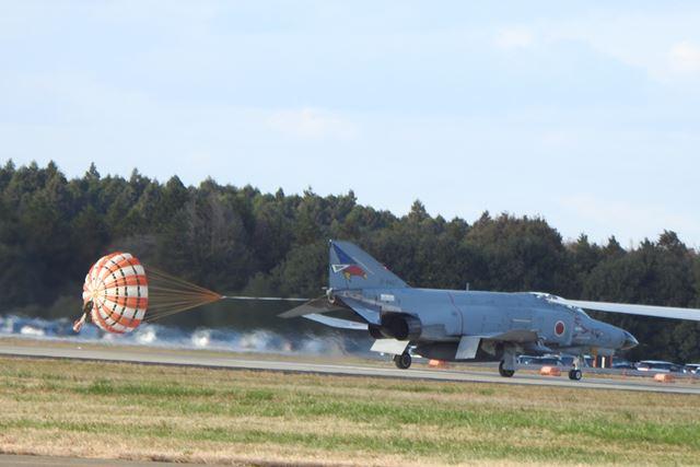地上に舞い降りた本物のF-4! かっこいい
