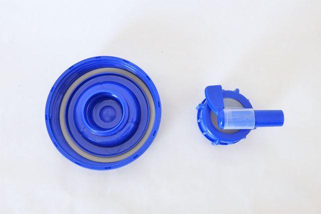 コック栓は使用時にキャップから取り外します