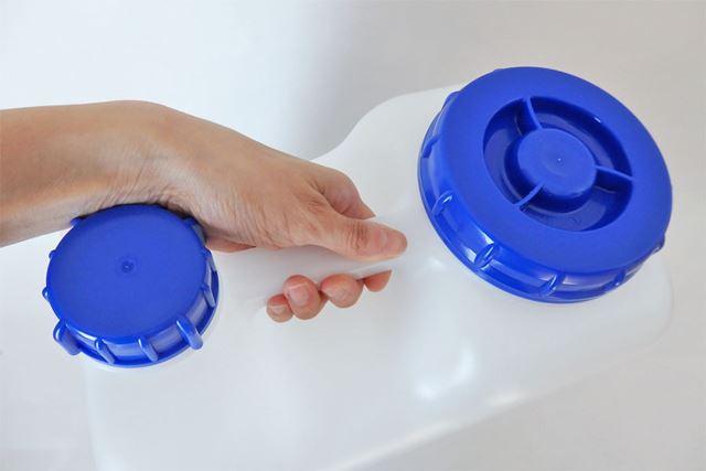キャップの間にあるのが持ち手部分。握りやすく安定して持つことのできる適当な太さです