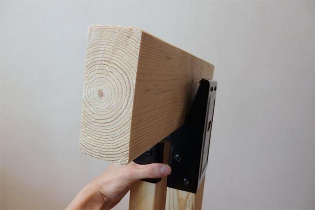 クリップのように開閉する上の部分に天板を載せる支柱となる2×4を挟み込みます
