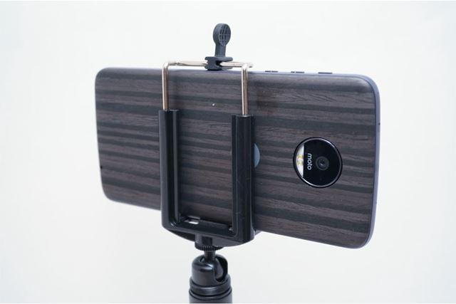 スマホ背面のメインカメラがホルダーに隠れないようにスマホを固定します