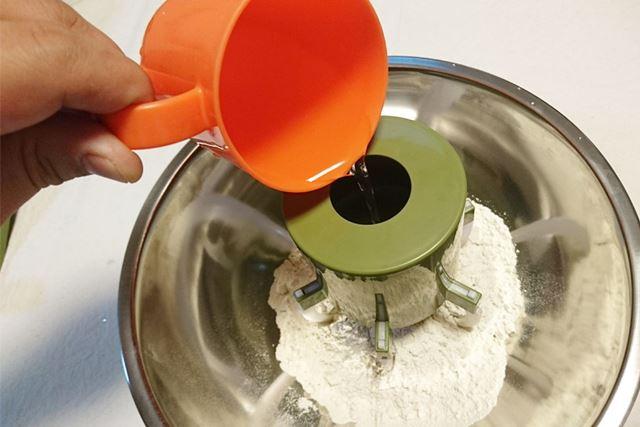 そば粉に対する水の分量は付属の説明書を参考に
