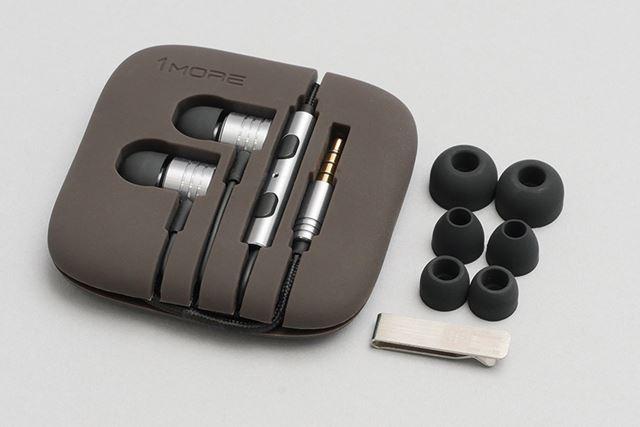 付属品は、シリコン製のイヤホンホルダー、全4サイズのイヤーチップ、ケーブルクリップ