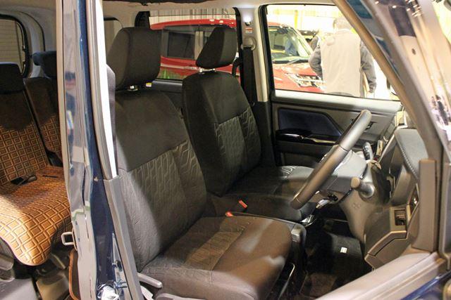 軽自動車に比べて横幅に余裕があるので、運転席と助手席の間には適度な距離感があり、ウォークスルーも可能