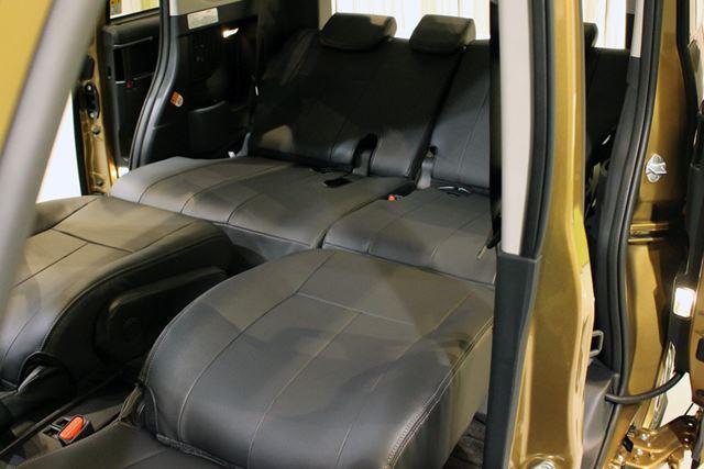 シートはフラットにもでき、いざとなれば車内泊も可能だ
