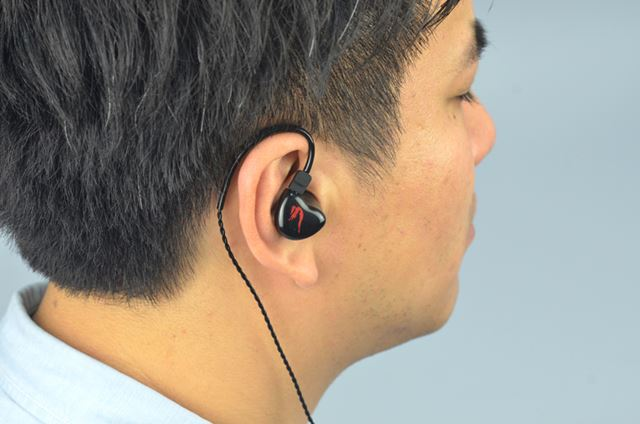 THE SIRENシリーズとしてはかなり小ぶりに仕上がっており、耳が小さい人でも装着しやすい
