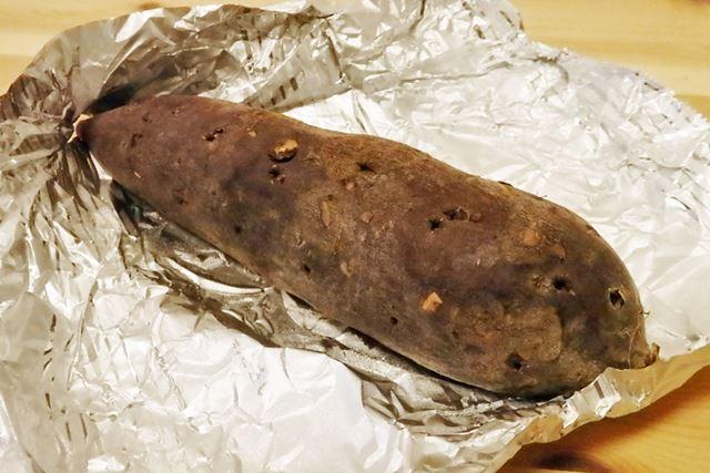 完成した焼き芋は、それほど焦げてはいません。中までやわらかくなっているのでしょうか……