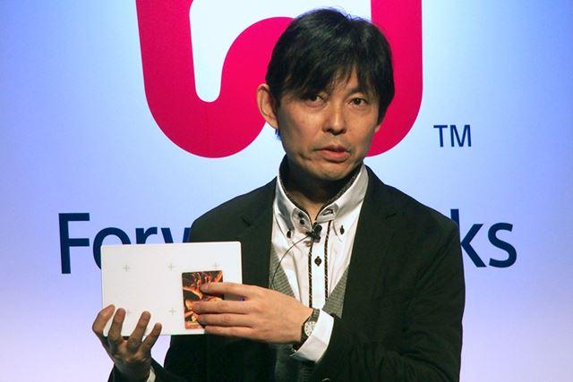 「Project FIELD」で用いる専用パッドとICチップ内蔵のカードを持つソニーの坂本和之氏