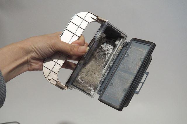 本体上部のハンドルを引き上げ、ボックスのフタを開いてゴミを落とす。慣れれば操作はすべて片手でできる