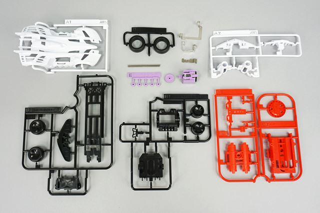 一般的なモーターホビー同様に、パーツを組み立ててマシンにする