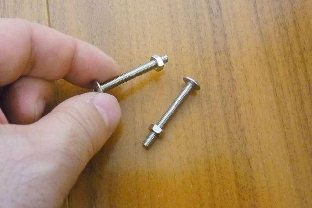 カバーと取っ手の固定にはこのビスとナットを使います
