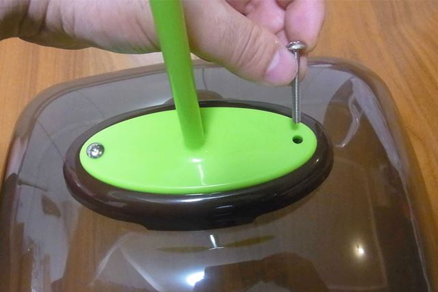 カバーに換気フード(茶色の部品)と取っ手を乗せて、穴にビスを挿入します