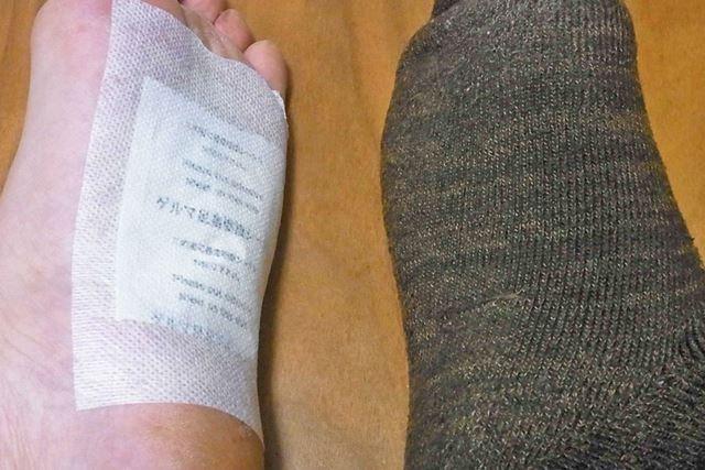 片足は靴下をはいた状態で、もう一方は素足で寝てみました