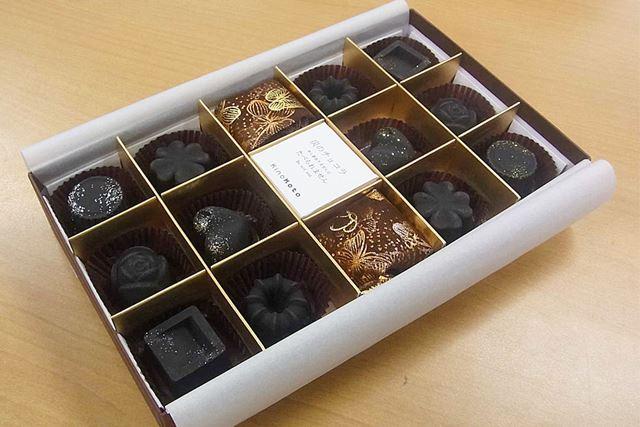 箱を開けるとおいしそうなチョコが並んでいます♪