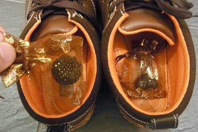 小さな袋に入れて消臭剤として靴の中に入れたり…