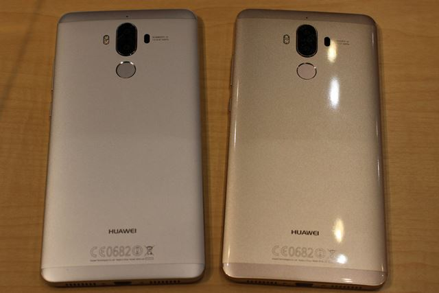 カラーバリエーションは、ムーンライトシルバー(写真左)と、シャンパンゴールド(写真右)の2種類