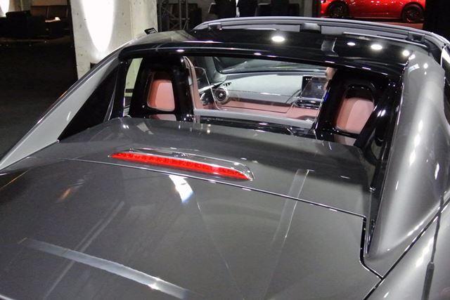 バックウインドウは、ミッドシップスポーツカーのように直立したトンネルバックスタイルだ