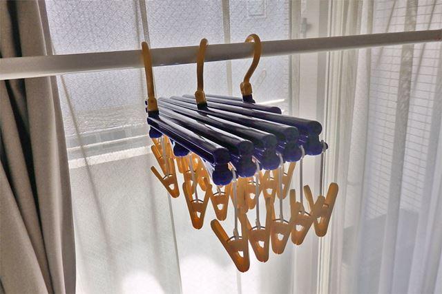 エヌケー「伸縮式洗濯ハンガー」。最も畳んだ状態ではこんなにもコンパクト