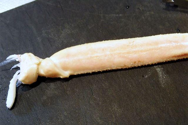 ズワイガニです。カニの中では柔らかい部類ですが、それでも調理バサミを使うと、力が要ります